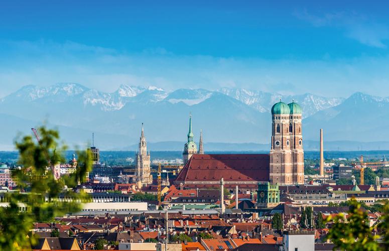 München mit der Frauenkirche vor dem Alpenpanorama