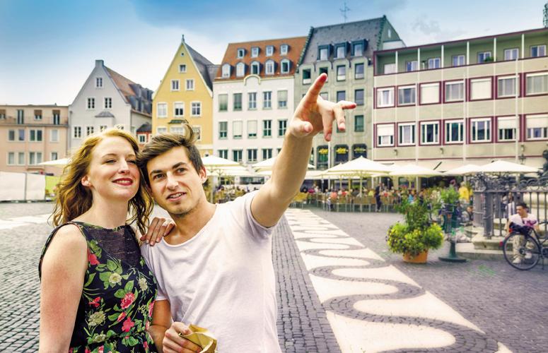Studentenpaar auf dem Fuggerplatz in Augsburg