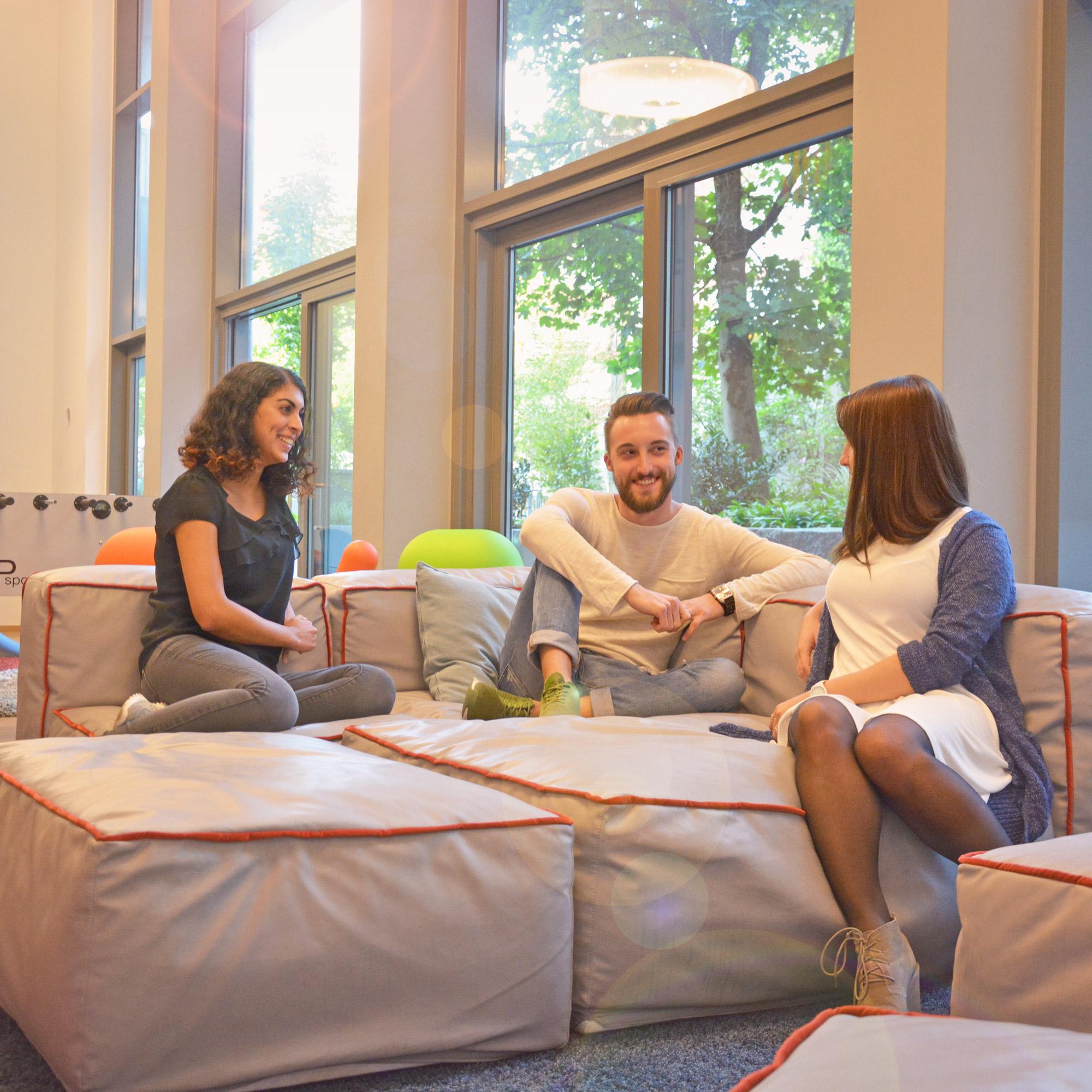 Community-Lounge mit Flat-TV und Kickertisch im studiosus 4 in München